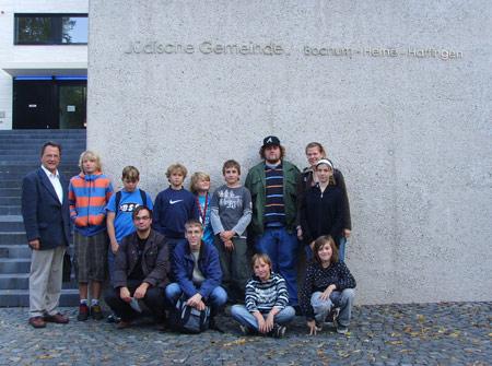 Juffis vor der Bochumer Synagoge